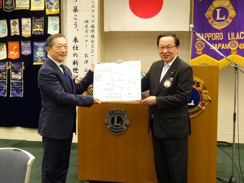 前会長への寄せ書きの贈呈です。蛭田前会長,本当にご苦労様でした!