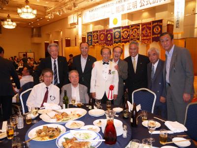 地区ガバナーと当クラブのメンバーとの写真撮影